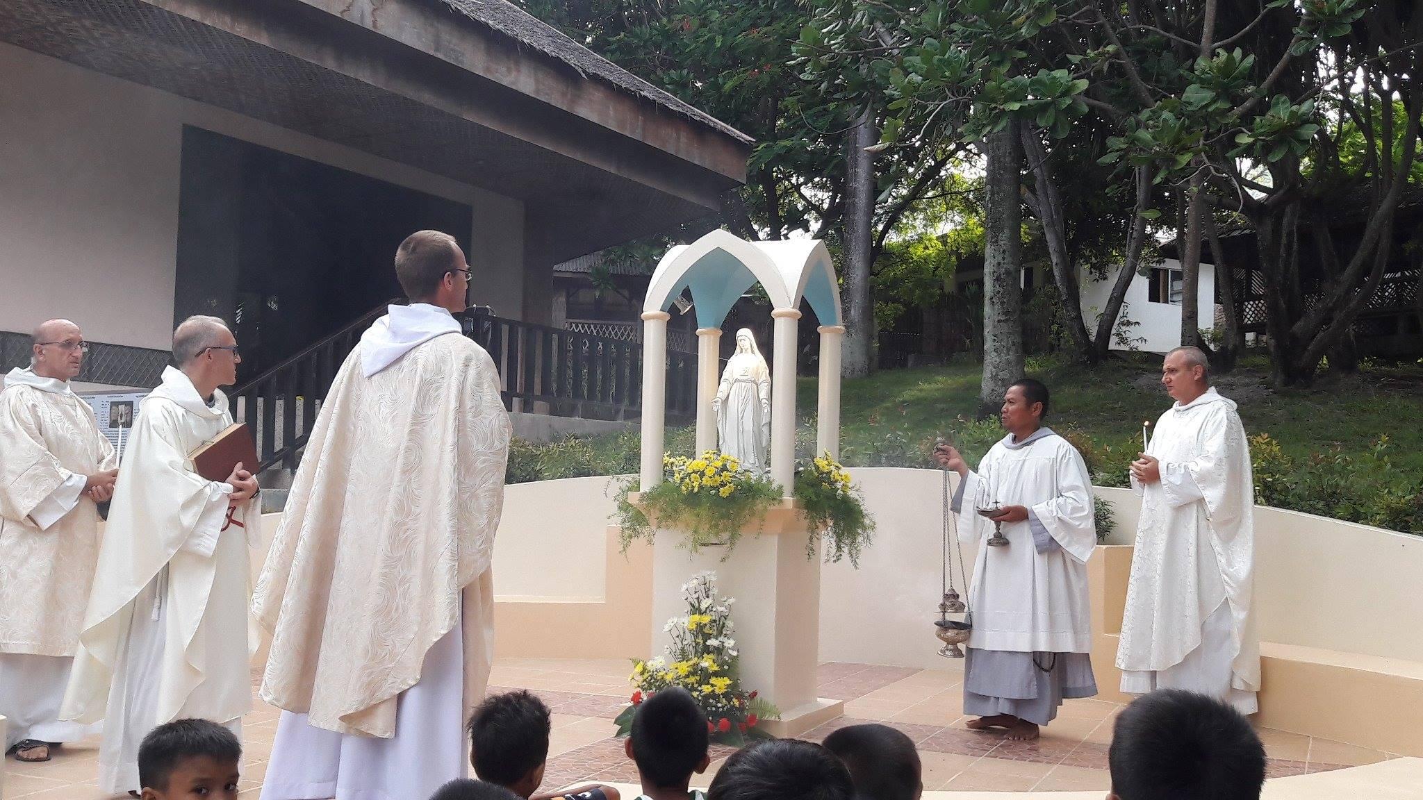Bénédiction de la statue Notre Dame de la Miséricorde à Cebu.